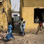 Des écoliers rentrent dans leurs salles de classe, endommagées par les combats, à Malakal. Trois écoles ont rouvert dans cette ville à la rentrée, en février 2017, après trois années de fermeture. Les autorités tentent de faire revenir la population en assurant des services élémentaires.