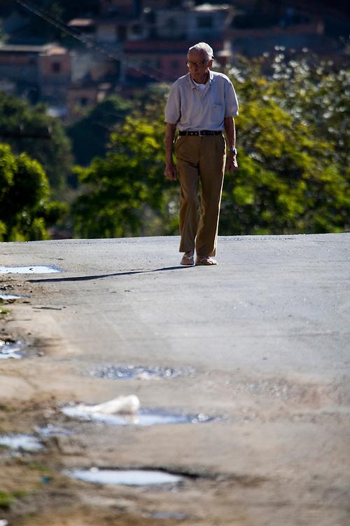 Belo Horizonte_MG, Brasil...Idoso na rua do bairro Goiania em Belo Horizonte...The elderly in the street in Goiania neighborhood in Belo Horizonte...Foto: JOAO MARCOS ROSA /  NITRO