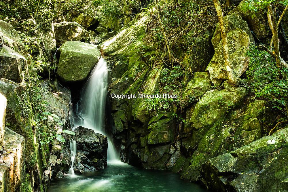 Cachoeira da Praia da Solidão. Florianópolis, Santa Catarina, Brasil. / <br /> Solidão Beach Falls. Florianópolis, Santa Catarina, Brazil.