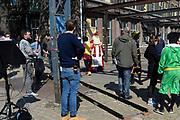 Op de set van DE CLUB VAN SINTERKLAAS &amp; GEBLAF OP DE PAKJESBOOT is de vijfde film waarin Sinterklaas en de bekendste Pieten van Nederland; Testpiet, Coole Piet, Muziekpiet, Profpiet, Hoge Hoogte Piet, Keukenpiet en Danspiet een spannend avontuur beleven. <br /> <br /> Op de foto:  Wilbert Gieske als Sinterklaas met zijn pieten