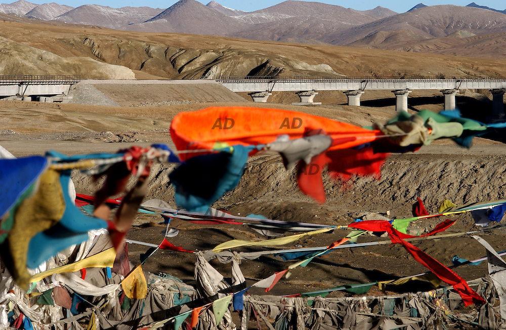 Kulunshan pass, 4700 meters, the second higher pass of the railway. Trains already journey on the bridge close to a tibetan prayer place.
