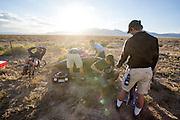 Team Toronto bereidt zich voor voor de kwalificaties. In Battle Mountain (Nevada) wordt ieder jaar de World Human Powered Speed Challenge gehouden. Tijdens deze wedstrijd wordt geprobeerd zo hard mogelijk te fietsen op pure menskracht. Ze halen snelheden tot 133 km/h. De deelnemers bestaan zowel uit teams van universiteiten als uit hobbyisten. Met de gestroomlijnde fietsen willen ze laten zien wat mogelijk is met menskracht. De speciale ligfietsen kunnen gezien worden als de Formule 1 van het fietsen. De kennis die wordt opgedaan wordt ook gebruikt om duurzaam vervoer verder te ontwikkelen.<br /> <br /> Team Toronto is preparing for the qualifications. In Battle Mountain (Nevada) each year the World Human Powered Speed Challenge is held. During this race they try to ride on pure manpower as hard as possible. Speeds up to 133 km/h are reached. The participants consist of both teams from universities and from hobbyists. With the sleek bikes they want to show what is possible with human power. The special recumbent bicycles can be seen as the Formula 1 of the bicycle. The knowledge gained is also used to develop sustainable transport.