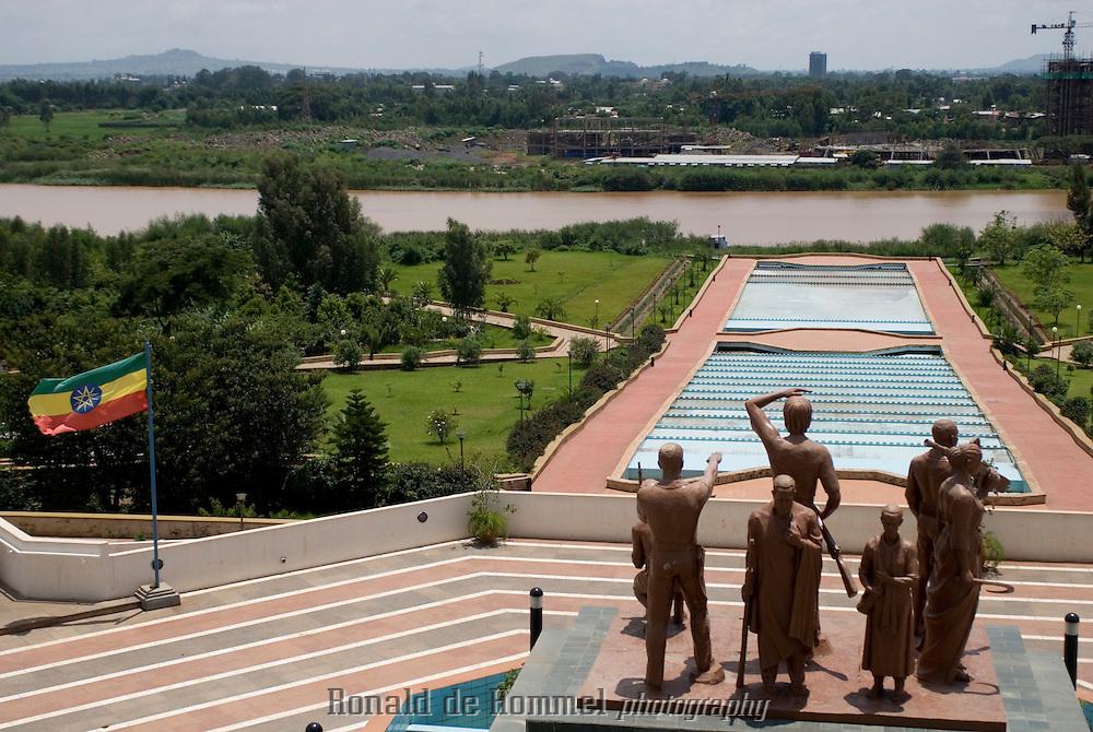 Le Nil Bleu s'écoule du lac Tana sous les yeux des sculptures du Ethiopian Civil War Memorial sur sa rive est et le long des constructions d'infrastructures par les chinois sur sa rive ouest.
