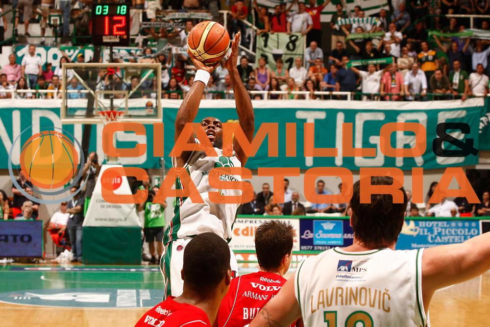 DESCRIZIONE : Siena Lega A 2009-10 Playoff Finale Gara 2 Montepaschi Siena Armani Jeans Milano<br /> GIOCATORE : Henry Domercant<br /> SQUADRA : Montepaschi Siena<br /> EVENTO : Campionato Lega A 2009-2010 <br /> GARA : Montepaschi Siena Armani Jeans Milano<br /> DATA : 15/06/2010<br /> CATEGORIA : tiro<br /> SPORT : Pallacanestro <br /> AUTORE : Agenzia Ciamillo-Castoria/P.Lazzeroni<br /> Galleria : Lega Basket A 2009-2010 <br /> Fotonotizia : Siena Lega A 2009-10 Playoff Finale Gara 2 Montepaschi Siena Armani Jeans Milano<br /> Predefinita :