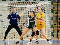links Sabrina Neuendorf (VFL) gegen rechts Karolina Kudlacz (HCL)