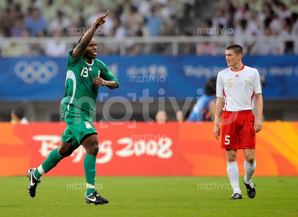 Olympia 2008  Peking  Fussball  Maenner   19.08.2008 Nigeria - Belgien Olubayo ADEFEMI (li, NGR) jubelt nach seinem Tor zum 1-0. Rechts der enttaeuschte Sebastien POCOGNOLI (BEL).