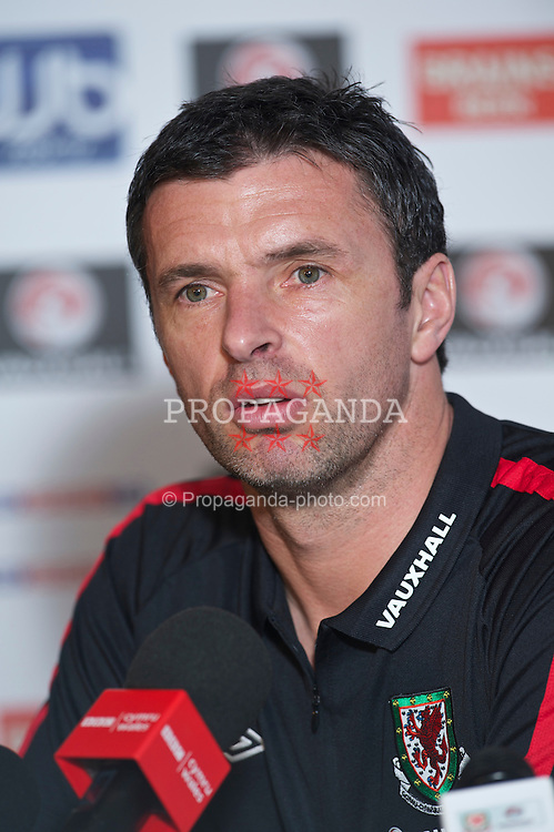 CARDIFF, WALES - Thursday, March 24, 2011: Wales' manager Gary Speed MBE during a press conference at the Vale of Glamorgan ahead of the UEFA Euro 2012 qualifying Group G match against England. (Photo by David Rawcliffe/Propaganda)