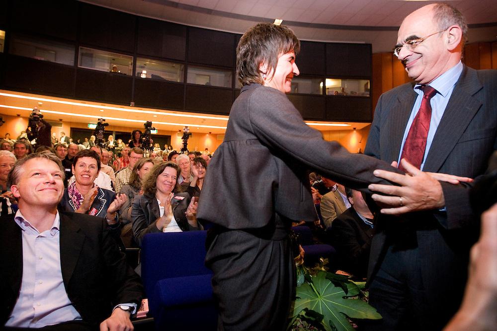 Nederland. Rotterdam, 6 oktober 2007.<br /> PvdA congres in de RAI. Onder toeziend oog van Wouter Bos wordt de nieuwe partijvoorzitter Lilianne Ploumen gefeliciteerd door Jan Pronk, die ook in de race was voor het voorzitterschap.<br /> Foto Martijn Beekman <br /> NIET VOOR TROUW, AD, TELEGRAAF, NRC EN HET PAROOL