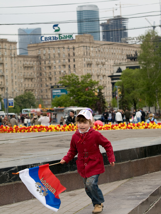 Kind spielt mit der russischen Nationalflagge Moskau.<br /> <br /> Child playing with the Russian National flag in Moscow.