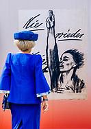 DOORN - Prinses Beatrix tijdens de opening van de tentoonstelling Verzet en Verdriet in Beeld in Huis Doorn. De expositie verbeeldt hoe kunstenaars in Duitsland en Nederland verzet en verdriet in de Eerste en de Tweede Wereldoorlog in beeld hebben gebracht.