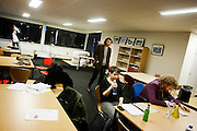 De finalisten Kira Wuck en Boris de Jong bereiden zich voor op de finale. In de achtergrond staan Roel Weerheijm en Dani&euml;l Vis. In Utrecht vindt het tiende Nationaal Kampioenschap Poetry Slam plaats. Negen dichters dragen eigen werk voor en door middel van een applausmeting en een jury wordt bepaald wie naar de finale gaat. Tijdens de finalebattle, waarbij de twee finalisten gedichten tegen elkaar voordragen, bepaalt het publiek wie de uiteindelijke winnaar wordt.<br /> <br /> Kira Wuck and Boris de Jong are preparing themselves for the finals. In the background Dani&euml;l Vis and Roel Weerheijm are walking. In Utrecht the tenth Dutch Championship Poetry Slam is taking place. Nine poets recite their own works, and through an applause measurement and a jury is determined who goes to the finals. During the final battle, the two finalists recite poems against each other, the audience determines who the winner is.