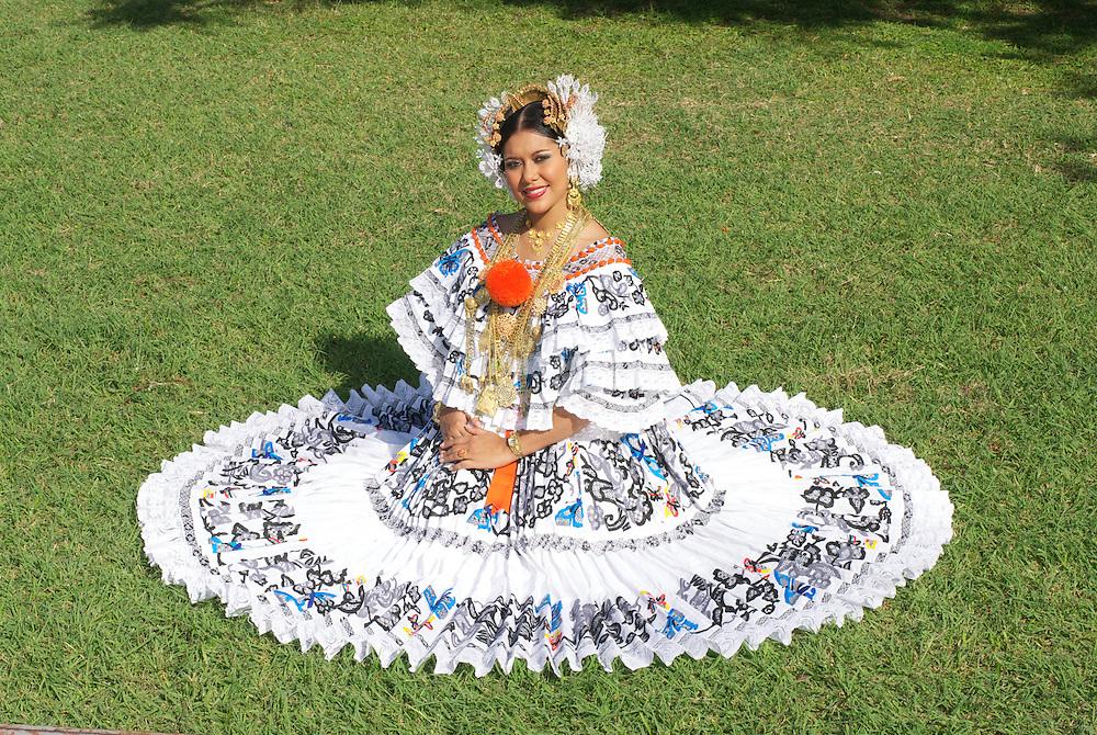 """Mujer vestida con el traje típico de la República de Panamá """"La Pollera Panameña"""". .Pollera es el nombre con que se conoce a una variedad de faldas y vestidos que se caracterizan por sus elaborados adornos de diferentes materiales como algodón o lana y suelen llevar decoraciones coloridas en diferentes técnicas, comúnmente bordados y encajes con diseños florales.. (Daniel Ho/ Istmophoto)"""