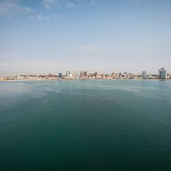 Vista aérea da cidade Luanda, capital de Angola. A cidade baixa e a baia de Luanda, a Marginal (Av. 4 de Fevereiro)