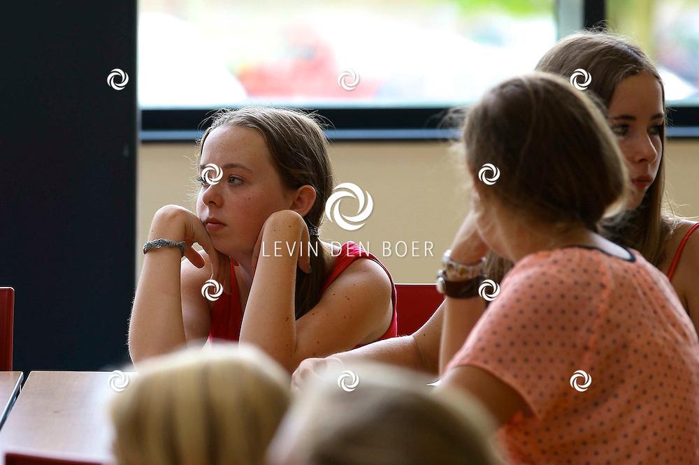 ZALTBOMMEL - De Scholen zijn weer begonnen zo ook op het Cambium College waar alle brugpiepers zich hebben verzameld in de Aula om daar te horen te krijgen wat het nieuwe jaar voor hen gaat brengen. FOTO LEVIN DEN BOER - PERSFOTO.NU