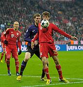 13.03.2013, Fussball Champions League Achtelfinale Rückspiel: FC Bayern München - FC Arsenal London, In der Allianz-Arena München. v.li: Arjen Robben (Bayern München), Per Mertesacker (Arsenal London), Thomas Müller (München)