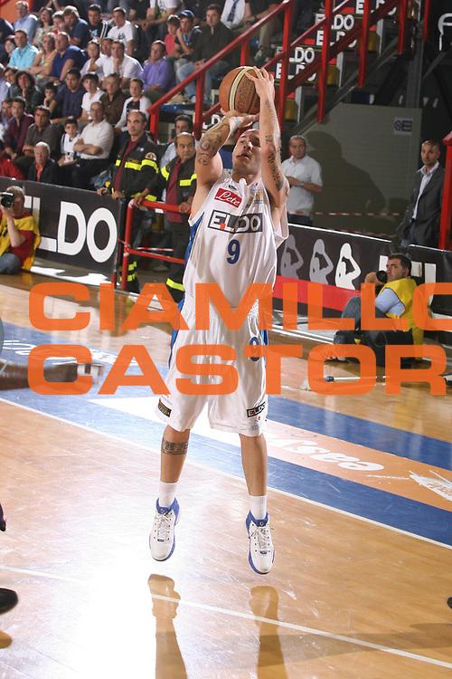 DESCRIZIONE : Napoli Lega A1 2006-07 Playoff Quarti di Finale Gara 2 Eldo Napoli Lottomatica Virtus Roma <br /> GIOCATORE : Spinelli <br /> SQUADRA : Eldo Napoli <br /> EVENTO : Campionato Lega A1 2006-2007 Playoff Quarti di Finale Gara 2<br /> GARA : Eldo Napoli Lottomatica Virtus Roma <br /> DATA : 20/05/2007 <br /> CATEGORIA : Tiro <br /> SPORT : Pallacanestro <br /> AUTORE : Agenzia Ciamillo-Castoria/G.Ciamillo