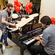 NLD/Amsterdam/20160517 - Selwyn Senatori beschilderd piano voor Dance4Life met Xander de Buisonjé,