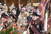Veertien dagen na Pinksteren wordt het relikwie met het Heilig Bloed binnengevoerd door pastores Vaartmeesters en het Heilig Bloedsgilde in de basiliek, kerk van Boxmeer .In de basiliek van Boxmeer is zaterdag de openingsmis . Het is de opmaat voor de Bloedprocessie die haar oorsprong vindt in het jaar 1400.Een priester in Boxmeer die twijfelde aan de omzetting van brood en wijn tijdens de consecratie, zag hoe zich een wonder voltrok. Wijn borrelde over de rand van de kelk en veranderde in bloed. Het altaarlinnen waarop het bloed stolde, is sindsdien het voorwerp van verering.Zondags trekt de Boxmeerse Vaart, die het relikwie toont aan de processiegangers door de versierde straten van Boxmeer.FOTO: FLIP FRANSSEN/ HH