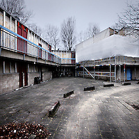 Nederland, Amsterdam , 20 januari 2014.<br /> Bewoners van wooncomplex Louweshoek in Slotervaart zijn geschokt door de zoveelste blunder met betrekking tot asbest.<br /> Gisteren maakte wooncorporatie Woonzorg Nederland bekend dat er tóch asbestdeeltjes in een woning zijn gevonden, terwijl het huis eerder veilig was verklaard. De bewoner van de woning is hierdoor besmet geraakt met de gevaarlijke stof. Buurtbewoners vinden het een schande en hebben geen vertrouwen meer in een goede afloop.<br /> Op de foto de woningen (rechts) die aangepakt worden en links de woningen die nog moeten worden gerenoveerd .<br /> Foto Bijplaatje!<br /> <br /> Foto:Jean-Pierre Jans