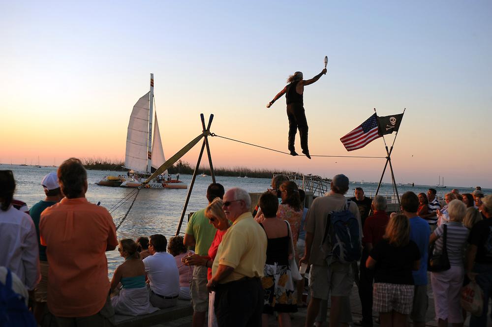 Akrobaten und Kuenstler zeigen ihr Koennen zum Sonnenuntergang am Mallory Square, Key West..Florida 2009..Foto © Stefan Falke.