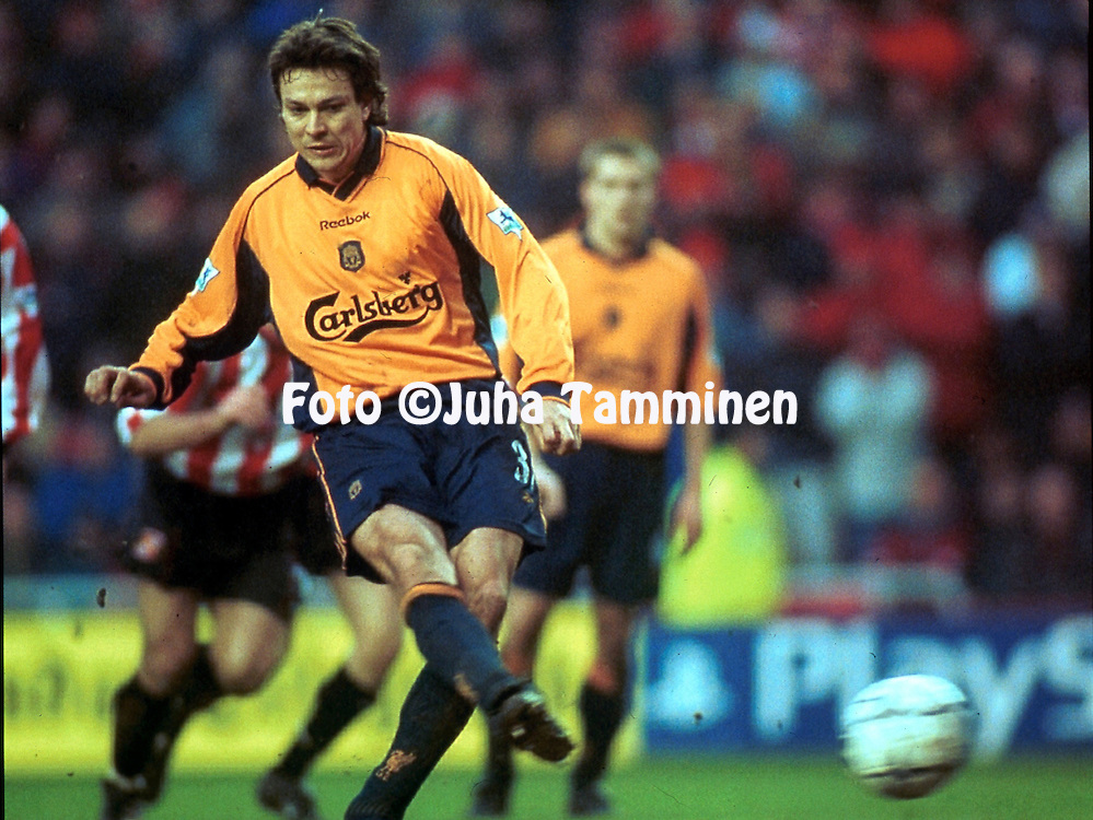 10.2.2001, Stadium of Light, Sunderland, England. <br /> FA Premiership, Sunderland FC v Liverpool FC. <br /> Jari Litmanen scores from the penalty spot for Liverpool.