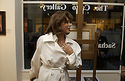 Joan Collins. Sacha Newley, From the Hamptons to Harlem. the Catto Gallery. 23 Cork St. London. 22 October 2001. © Copyright Photograph by Dafydd Jones 66 Stockwell Park Rd. London SW9 0DA Tel 020 7733 0108 www.dafjones.com