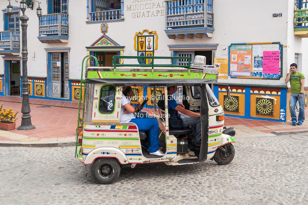 Colombie, Antioquia, Guatape, triporteur place vieille ville classé au Patrimoine Mondial de l'Unesco// Colombia, Antioquia, Guatape, local taxi on main square in old city center at the World Heritage of Unesco