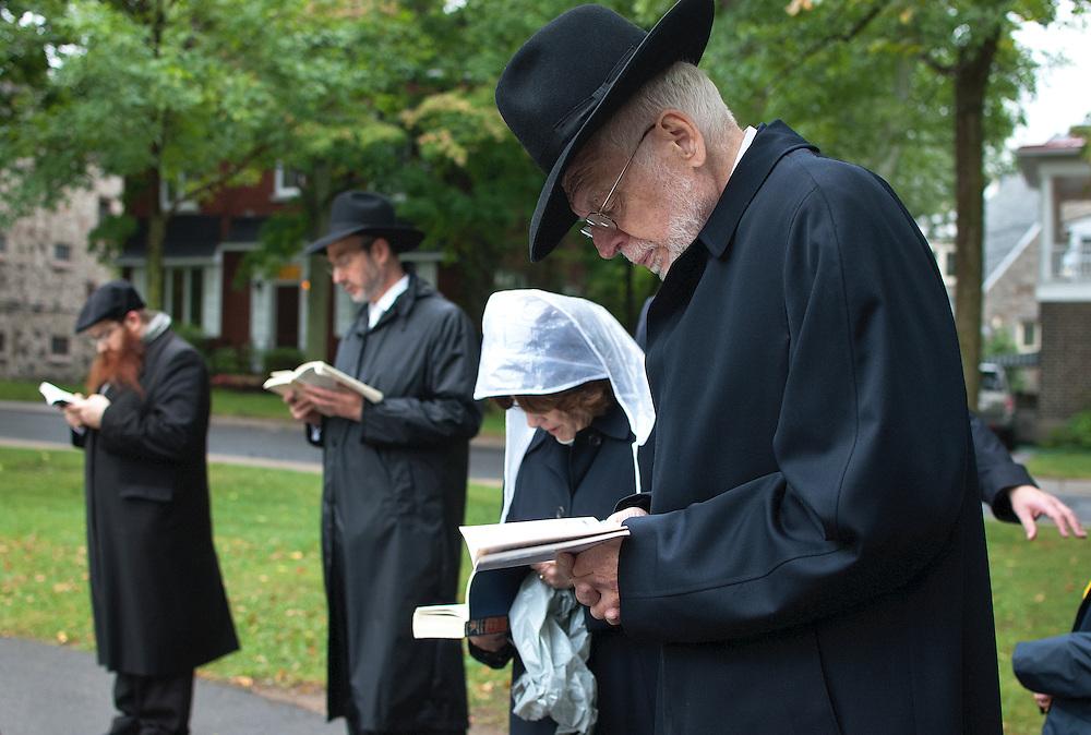 """Rosh-Hashana est le Nouvel An Juif. Le premier jour est consacré à la prière de Tachlikh. Ce rituel consiste à se rassembler auprès d'une source d'eau avec un mouchoir afin de """"jeter"""" tous les péchés dans l'eau. Pendant ces dix jours de pénitence, la tradition veut que l'Homme n'ait que des pensées positives et n'expriment ni colère, ni haine envers autrui. Ainsi, le premier jour de la nouvelle année sert d'exemple et de référence aux autres jours qui succéderont."""