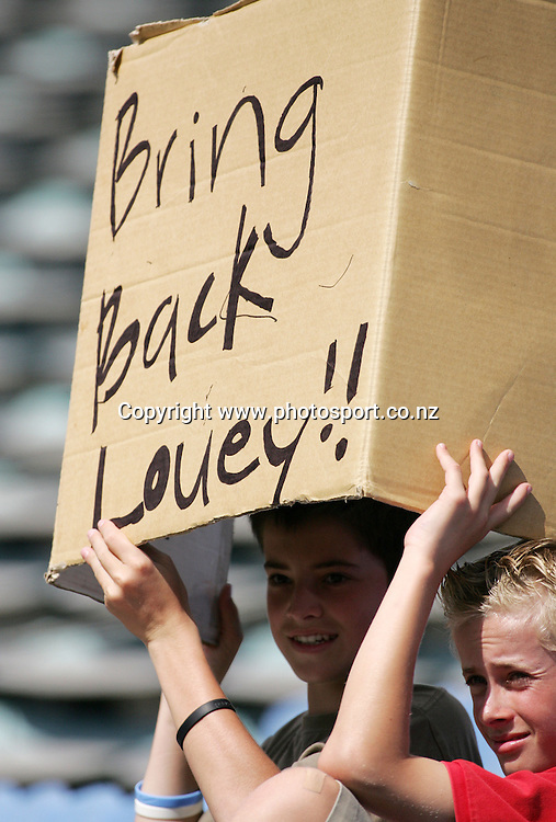 Lou Vincent fans during day 3 of the 1st cricket test match between the West Indies and the New Zealand Black Caps at Eden Park, Auckland, New Zealand on Saturday 11 March, 2006. Photo: Hannah Johnston/PHOTOSPORT<br />