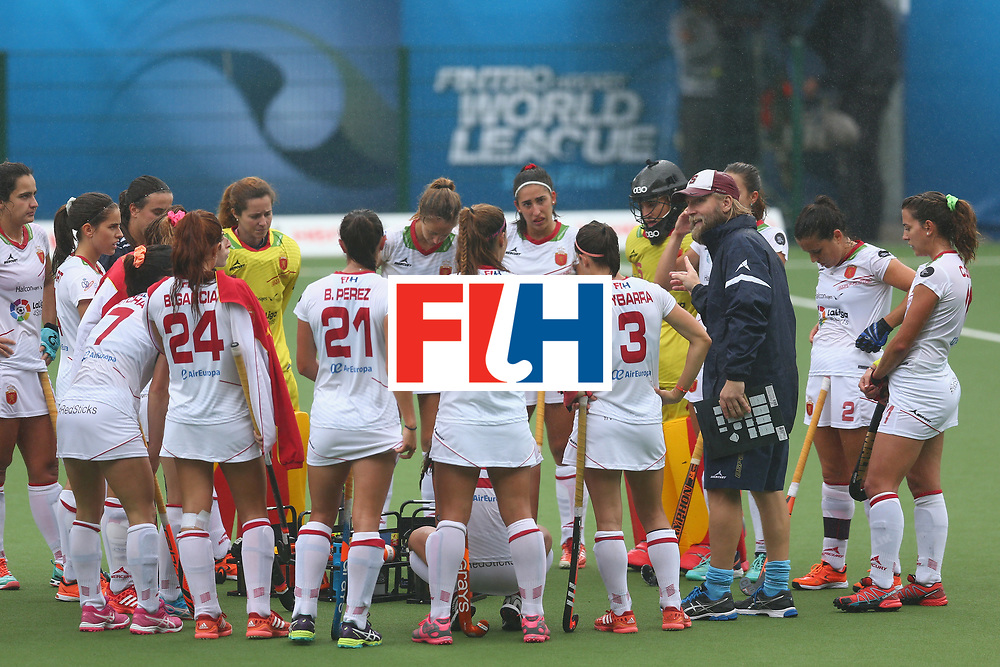 BRUSSELS, BELGIUM - JULY 02: The Spain manager Alberto Ruiz (3rd R) talks to his players during the 7/8th place play off match between Spain and Belgium on July 2, 2017 in Brussels, Belgium. (Photo by Steve Bardens/Getty Images for FIH) *** Local Caption *** Alberto Ruiz