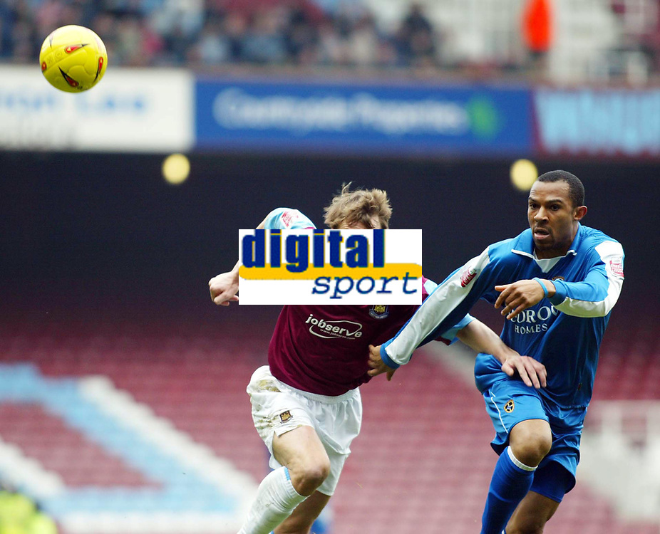 Fotball<br /> Championship 2004/05<br /> West Ham v Cardiff<br /> 6. februar 2005<br /> Foto: Digitalsport<br /> NORWAY ONLY<br /> Teddy Sheringham of West Ham and Danny Gabbidon of Cardiff tussle for this one