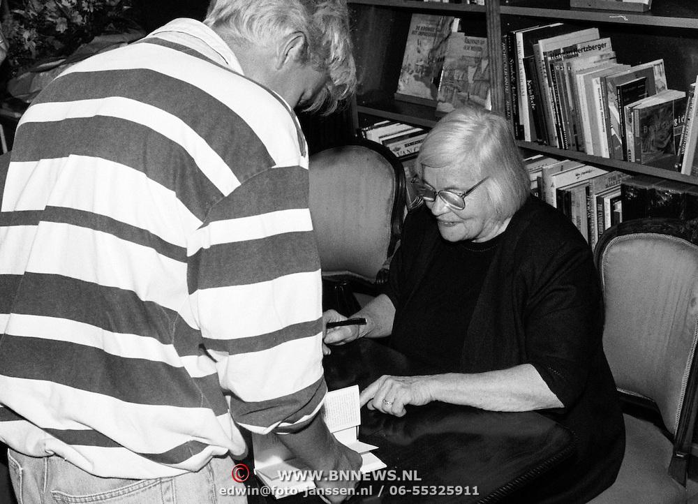 Hella Haase in boekhandel Flevo Voorbaan Huizen