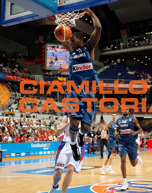 DESCRIZIONE : Madrid Spagna Spain Eurobasket Men 2007 Quarter Final Quarti di Finale Russia France Russia Francia <br /> GIOCATORE : Boris Diaw<br /> SQUADRA : Francia France<br /> EVENTO : Eurobasket Men 2007 Campionati Europei Uomini 2007 <br /> GARA : Russia France Russia Francia <br /> DATA : 13/09/2007 <br /> CATEGORIA : Schiacciata<br /> SPORT : Pallacanestro <br /> AUTORE : Ciamillo&amp;Castoria/T.Wiedensohler<br /> Galleria : Eurobasket Men 2007 <br /> Fotonotizia : Madrid Spagna Spain Eurobasket Men 2007 Quarter Final Quarti di Finale Russia France Russia Francia <br /> Predefinita :