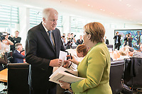 29 AUG 2018, BERLIN/GERMANY:<br /> Horst Seehofer (L), CSU, Bundesinnenminister, und Angela Merkel (R), CDU, Bundeskanzlerin, im Gespraech, vor Beginn der Kabinettsitzung, Bundeskanzleramt<br /> IMAGE: 20180829-01-041<br /> KEYWORDS: Kabinett, Sitzung, Gespr&auml;ch