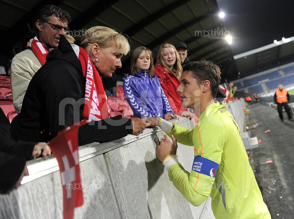 FUSSBALL   UEFA U21-EUROPAMEISTERSCHAFT 2011   Halbfinale  22.06.2011 Schweiz - Tschechische Republik  Yann Sommer (Schweiz) umarmt nach dem Sieg seine Mutter Monika