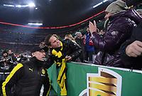 Fussball  DFB Pokal  Achtelfinale  2017/2018   FC Bayern Muenchen - Borussia Dortmund        20.12.2017 Trainer Peter Stoeger (Borussia Dortmund) goennt zwei BVB Fans ein Selfie