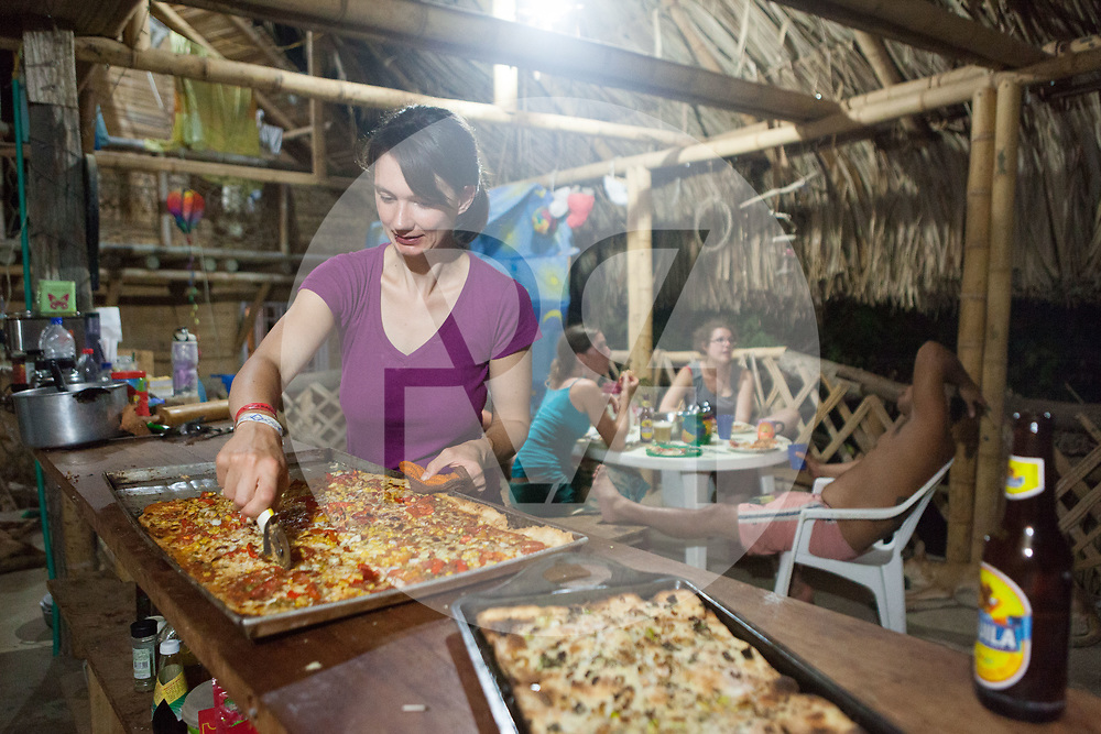 KOLUMBIEN - TAGANGA - Eine Frau schneidet eine Pizza - 17. April 2014 © Raphael Hünerfauth - http://huenerfauth.ch