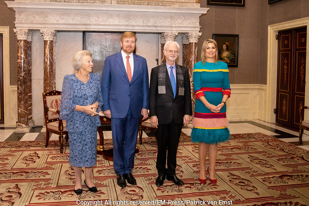Koning Willem-Alexander reikt in het Koninklijk Paleis de Erasmusprijs uit aan de Amerikaanse componist en dirigent John Adams.<br /> <br /> King Willem-Alexander presents the Erasmus Prize to the American composer and conductor John Adams in the Royal Palace.<br /> <br /> Op de foto / On the photo:  Director of the Praemium Erasmianum Foundation Shanti van Dam, Princess Beatrix, King Willem-Alexander, the American composer and conductor John Adams and Queen Maxima during the handover of the Erasmus Prize to John Adams in the Royal Palace in Amsterdam, The Netherlands,