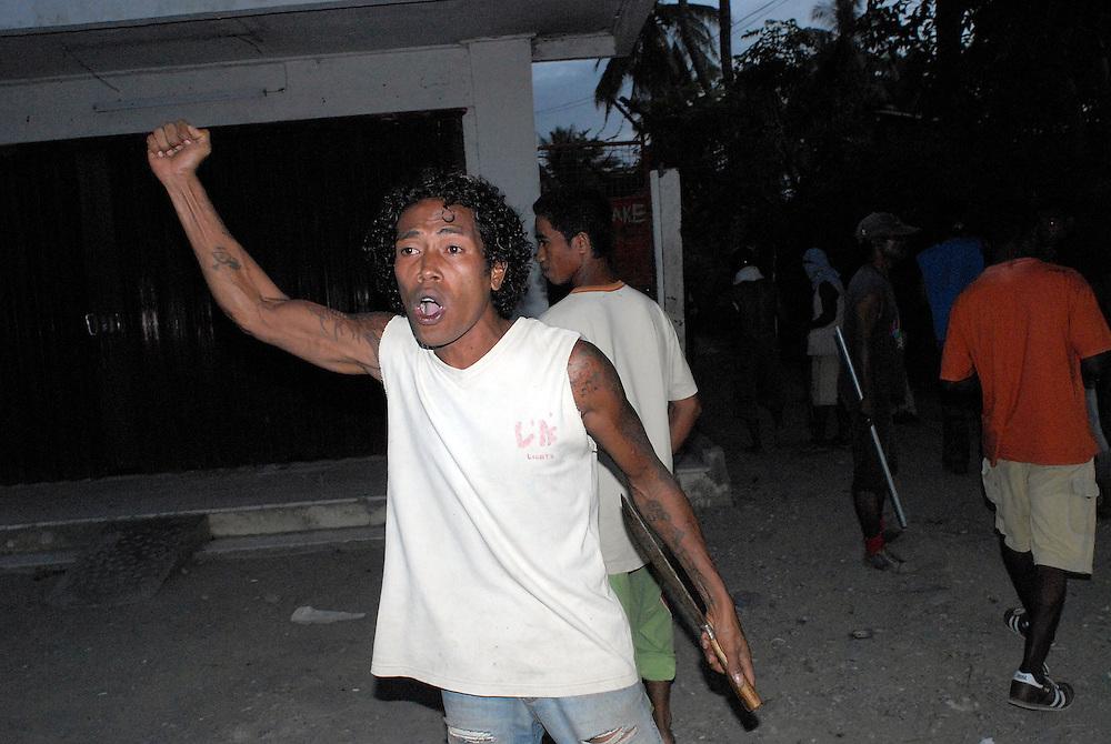 04/06/06 A clash between Easterners ( Lorosae) and Westerners (Loromonu) at Comora. Dili East Timor