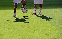 Fussball 1. Bundesliga :  Saison   2009/2010   7. Spieltag  26.09.2009 Eintracht Frankfurt - VfB Stuttgart Allgemein , BEINE , BALL , RASEN  , Schatten
