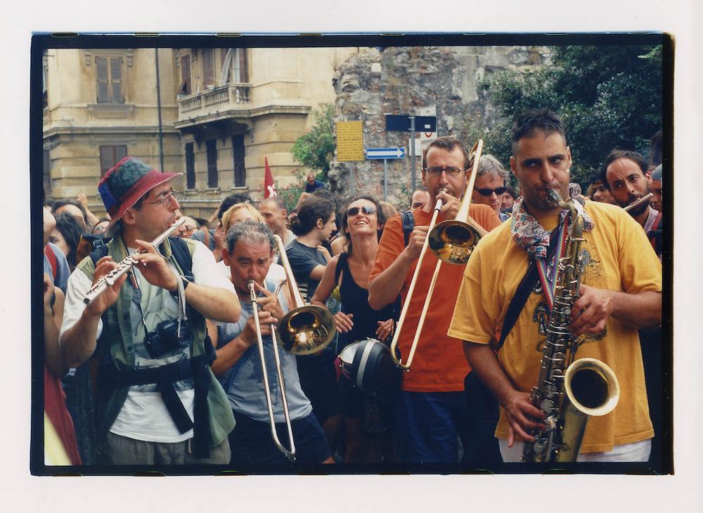 Proteste contro il summit del G8, Genova luglio 2001. 19 luglio, corteo dei Migranti. Banda musicale.