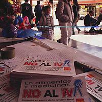 Toluca, Méx.- Distribucion de propaganda en contra de la reforma fiscal federal en los portales de Toluca. Agencia MVT / H. Vázquez E..