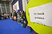 Nederland, Amsterdam, 16-3-2013De carrierebeurs in de RAI. Banenmarkt voor kader en hoogopgeleid personeel, mensen.Beurs voor studenten, starters op de arbeidsmarkt met een technische, economische, bedrijfskundige,  juridische of informatica opleiding. Grootste banenmarkt van Nederland voor wie bijna afgestudeerd of werkzoekend is. CV check bij IntermediairFoto: Flip Franssen/Hollandse Hoogte