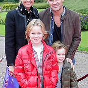 NLD/Kaatsheuvel/20111009 - Premiere Droomvlucht, Jeroen van der Boom, partner Dany de Wit en kinderen Daan en Luuk