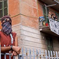 Barricate contro la chiusura del residence a Viale Castrense