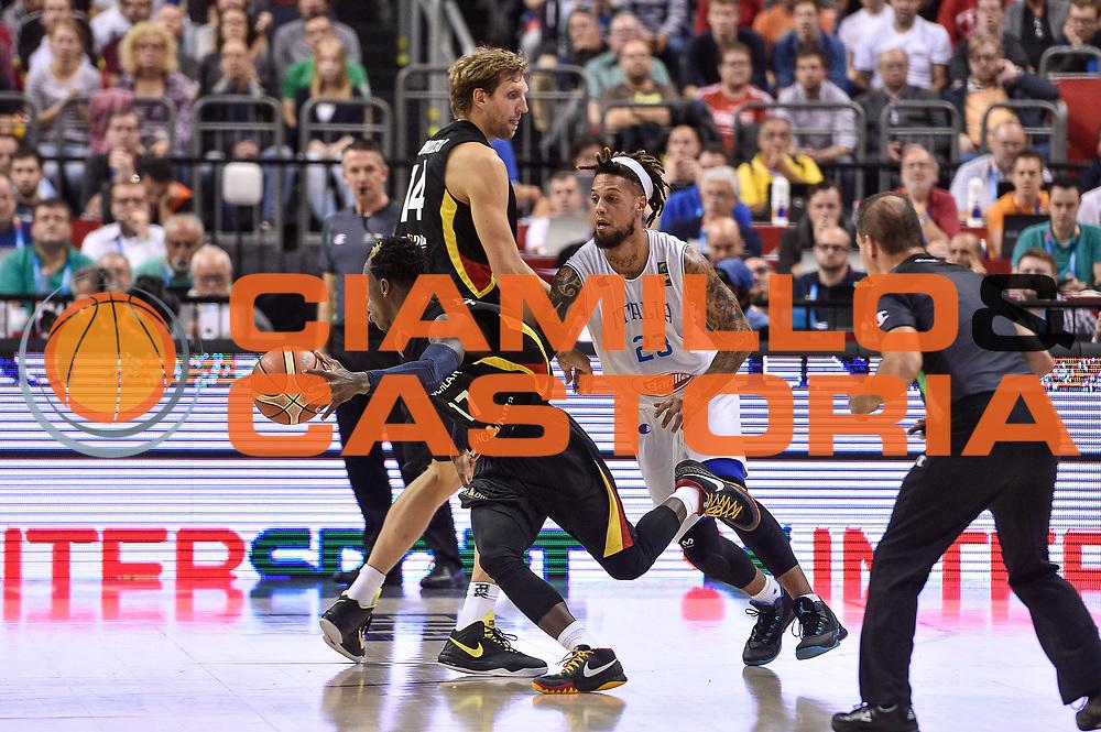 DESCRIZIONE : Berlino Berlin Eurobasket 2015 Group B Germany Germania - Italia Italy<br /> GIOCATORE : Dennis Schroeder Dirk Niwotzki<br /> CATEGORIA : Palleggio Controcampo Blocco<br /> SQUADRA : Germania Germany<br /> EVENTO : Eurobasket 2015 Group B<br /> GARA : Germany Italy - Germania Italia<br /> DATA : 09/09/2015<br /> SPORT : Pallacanestro<br /> AUTORE : Agenzia Ciamillo-Castoria/GiulioCiamillo