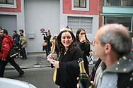 Jeudi noir et Macaq. 06012007. Bastille. Vente d'appartement. 370.000&euro; pour 70m2. Leila Chaibi apr&egrave;s l'action.<br /> <br /> Le collectif Jeudi Noir se bat contre les prix &eacute;lev&eacute;s de l&rsquo;immobilier pour les jeunes et les bas salaires. Depuis fin octobre 2006, Jeudi noir s&rsquo;invite lors de visite d&rsquo;appartement en location, &agrave; la vente, dans les agences immobili&egrave;res ou chez des vendeurs de liste pour y faire la f&ecirc;te et revendiquer un &eacute;clatement de la bulle immobili&egrave;re et un interventionnisme de l&rsquo;&Eacute;tat pour r&eacute;guler le march&eacute; immobilier.  Le 31 d&eacute;cembre 2006, le collectif entame une occupation d&rsquo;un immeuble vide, appartenant &agrave; une banque, pr&egrave;s de la place de la Bourse &agrave; Paris, avec les associations Macaq et le DAL, baptis&eacute; le &laquo;minist&egrave;re de la crise du logement &raquo; et qui vise &agrave; &ecirc;tre un lieu de ressource et d&rsquo;&eacute;change sur la crise du logement en France, et &agrave; installer le sujet dans la campagne pr&eacute;sidentielle 2007. S&eacute;rie en cours&hellip;