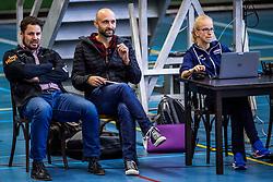 30-03-3018 NED: Nederland - Wit Rusland, Arnhem<br /> De Nederlandse volleybal meisjes jeugd spelen hun eerste oefeninterland op Papendal in Arnhem tegen Wit Rusland en wonnen met 3-0 / Bram Ronnes, Coach Jamie Morrison, scout Rianne Verhoek