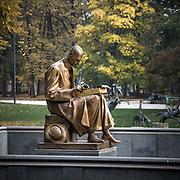 La statua di Indro Montanelli nei parco di Porta Venezia a milano<br /> <br /> The Statue of Indro Montanelli, one among the most important italian journalist, in Porta Venezia park of Milan.