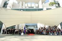 08 SEP 2005, BERLIN/GERMANY:<br /> Gerhard Schroeder, SPD, Bundeskanzler, wartet mit Fotografen und Kameraleuten auf seinen Gast W ladimir P utin, Haupteingang, Ehrenhof, Bundeskanzleramt<br /> Gerhard Schroeder, Federal Chancellor, some Fotographers and Cameramen, are waiting for Schroeders guest W ladimir P utin, in front of the Federal Chancellory<br /> IMAGE: 20050908-02-012<br /> KEYWORDS: Rote Teppich, Gerhard Schröder, Empfang, Staatsgast, Journalist, Journalisten